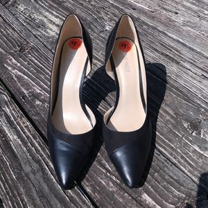 Nine West black leather and sueded pump